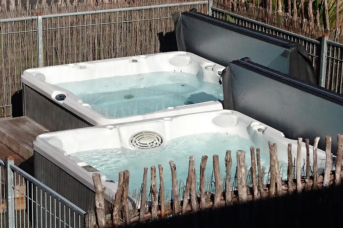 outdoor-hot-tubs-close